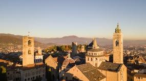 bergamo italy Flyg- sikt för surr av den gamla staden Landskap på centret och de historiska byggnaderna under solnedgången Arkivbild