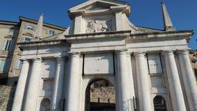 bergamo italy gammal town Landskap p? den gamla porten Porta San Giacomo En av den h?rliga staden i Italien lager videofilmer