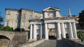 bergamo italy gammal town Landskap p? den gamla porten Porta San Giacomo En av den h?rliga staden i Italien stock video