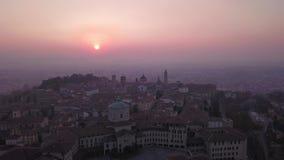 Bergamo italy Surra den flyg- sikten av ett morgonlandskap på den gamla staden under nedgångsäsong arkivfilmer