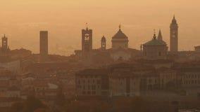 Bergamo italy Surra den flyg- sikten av ett morgonlandskap på den gamla staden under nedgångsäsong lager videofilmer