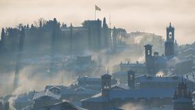 Bergamo, jeden piękny miasto w Włochy lombardy Zadziwiający krajobraz mgła wzrasta od równiien i zakrywa starego t Zdjęcia Royalty Free