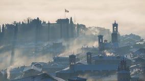 Bergamo, jeden piękny miasto w Włochy lombardy Zadziwiający krajobraz mgła wzrasta od równiien i zakrywa starego t Zdjęcie Stock