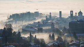 Bergamo, jeden piękny miasto w Włochy lombardy Zadziwiający krajobraz mgła wzrasta od równiien i zakrywa starego t Obrazy Stock