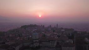 Bergamo L'Italia Vista aerea del fuco di un paesaggio di mattina alla vecchia città durante la stagione di caduta stock footage