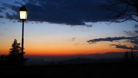 Bergamo, la vecchia città Le vecchie pareti L'Italia Siluetta del palo leggero durante il tramonto Fotografia Stock