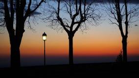 Bergamo, la vecchia città Le vecchie pareti L'Italia Siluetta del palo leggero durante il tramonto Fotografie Stock Libere da Diritti