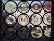 Bergamo, Landschap bij de openbare bibliotheek Angelo Mai door de Venetiaanse vensters van het oude beleidsgebouw stock afbeeldingen