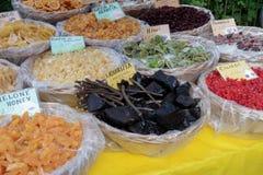 BERGAMO, LOMBARDY/ITALY - CZERWIEC 25: Candied owoc dla sprzedaży w Ci Obrazy Royalty Free