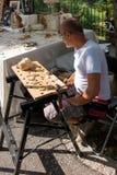 BERGAMO, LOMBARDY/ITALY - CZERWIEC 25: Mężczyzna Robi Drewnianym rzeczom dla Obraz Stock