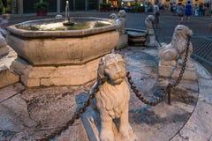 BERGAMO, LOMBARDY/ITALY - 25 JUNI: Fontein in Piazza Vecchia B Royalty-vrije Stock Afbeelding