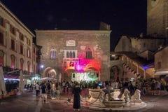 BERGAMO, LOMBARDY/ITALY - 25 JUNI: Muziekfestival in Piazza Vec Stock Afbeeldingen