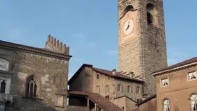 Bergamo - Oude stad Landschap op het oude Beleidshoofdkwartier en de klokketoren stock videobeelden