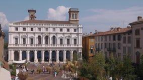Bergamo Palazzo Nuovo slott i gammal fyrkant stock video
