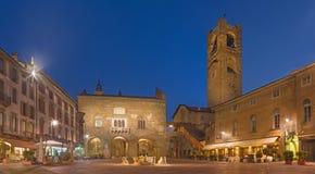 Bergamo - piazza Vecchia kwadrat przy półmrokiem Fotografia Royalty Free