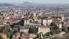 Bergamo Uma da cidade bonita em Itália Ajardine na cidade velha do monte de Vigilio de Saint video estoque