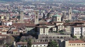 Bergamo Uma da cidade bonita em It?lia Ajardine na cidade velha do monte de Vigilio de Saint video estoque