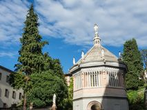 Bergamo, vecchia città, il battistero vicino alla cappella di Colleoni e della cattedrale Immagini Stock