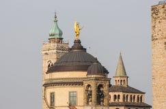 Bergamo - vecchia città, Italia Abbellisca sul centro urbano, sulle vecchie torri e sulle torri di orologio dalla vecchia fortezz Fotografia Stock