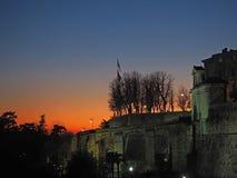 Bergamo, vecchia città L'Italia Tramonto ardente durante la stagione di caduta alla porta antica di Giacomo del san Fotografie Stock
