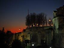 Bergamo, vecchia città L'Italia Tramonto ardente durante la stagione di caduta alla porta antica di Giacomo del san Immagini Stock Libere da Diritti