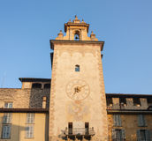 Bergamo - vecchia città La torre di orologio vicino alla costruzione storica di Roncalli Fotografia Stock
