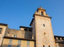 Bergamo - vecchia città La torre di orologio vicino alla costruzione storica di Roncalli Immagini Stock