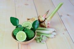 Bergamot, citroengras, galangal op het houten, Thaise kruid royalty-vrije stock afbeelding