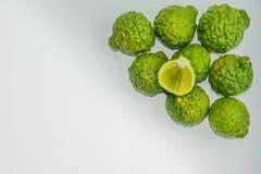 Bergamot p? den vita bakgrunden Den citrusa bergamiaen, bergamotapelsinen är en doftande citrus med en guling eller en grön färg arkivbild