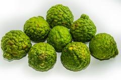 Bergamot p? den vita bakgrunden Den citrusa bergamiaen, bergamotapelsinen är en doftande citrus arkivbild