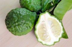 Bergamotfruit met blad op houten raad Royalty-vrije Stock Fotografie