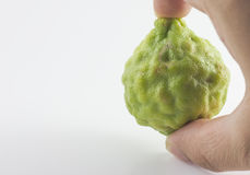 Bergamotowa owoc i ręka odizolowywający na białym tle Zdjęcia Royalty Free
