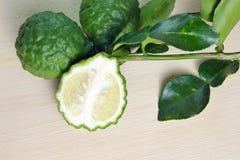 Bergamotowa owoc z liściem na drewnianej desce Obrazy Royalty Free