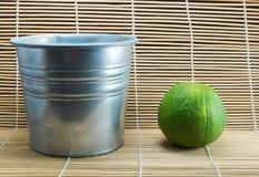 Bergamotowa pomarańcze i kruszcowy garnek Obraz Stock