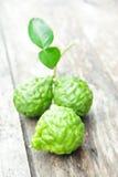 Bergamotte auf hölzernem Hintergrund Stockfoto