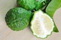 Bergamottenfruit met blad op houten raad Royalty-vrije Stock Afbeeldingen