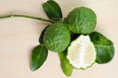 Bergamottenfruit met blad op houten raad Royalty-vrije Stock Fotografie