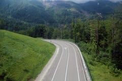 Bergasfaltväg i Kaukasuset Fotografering för Bildbyråer