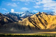 Bergbakgrund med blå himmel Arkivbild