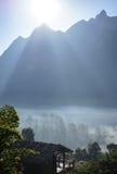 Bergbakgrund med mist, Royaltyfria Bilder
