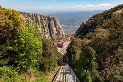 Bergbana de Sant Joan väg till den Santa Maria de Montserrat abbotskloster i Montserrat berg Arkivfoto