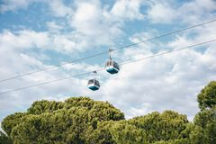 Bergbana eller ropeway och kollektivtrafik till och med golf eller flod eller kanal i Lissabon i Portugal royaltyfri foto