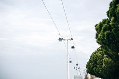 Bergbana eller ropeway och kollektivtrafik till och med golf eller flod eller kanal i Lissabon i Portugal arkivbild