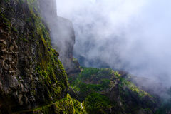 Bergbana med moln i bakgrunden arkivbilder