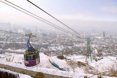 Bergbana med sikten av Almaty, Kasakhstan Arkivbilder