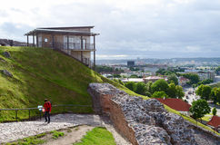 Bergbana på slottkullen (monteringen Gediminas) på bakgrund av gammalt Royaltyfri Bild