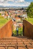 Bergbana som stiger ned med panoramautsikt av en stad Royaltyfri Foto