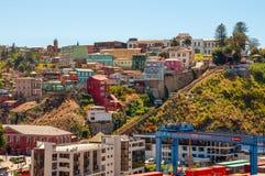 Bergbanor och färgglade hus av Valparaiso Arkivbild