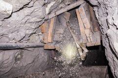 Bergbau mit Schaufel stockbild