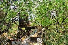 Bergbau-Schleuse auf Ranch La Posta Quemada im kolossalen Höhlen-Gebirgspark lizenzfreie stockfotos